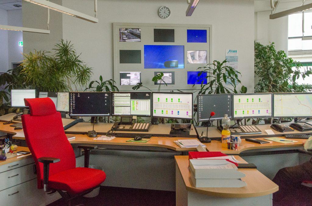 ein Raum mit vielen Bildschirmen und Monitoren