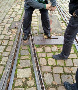 eine Straßenbahnweiche wird gestellt