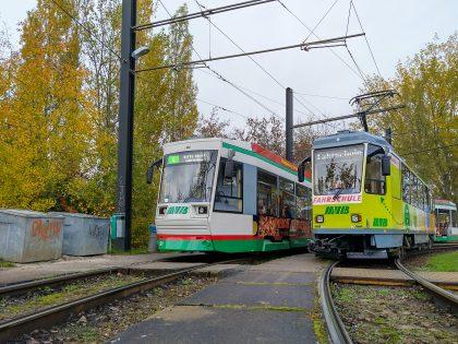 Der MVB Fahrschulwagen steht neben einer MVB NGT- Straßenbahn
