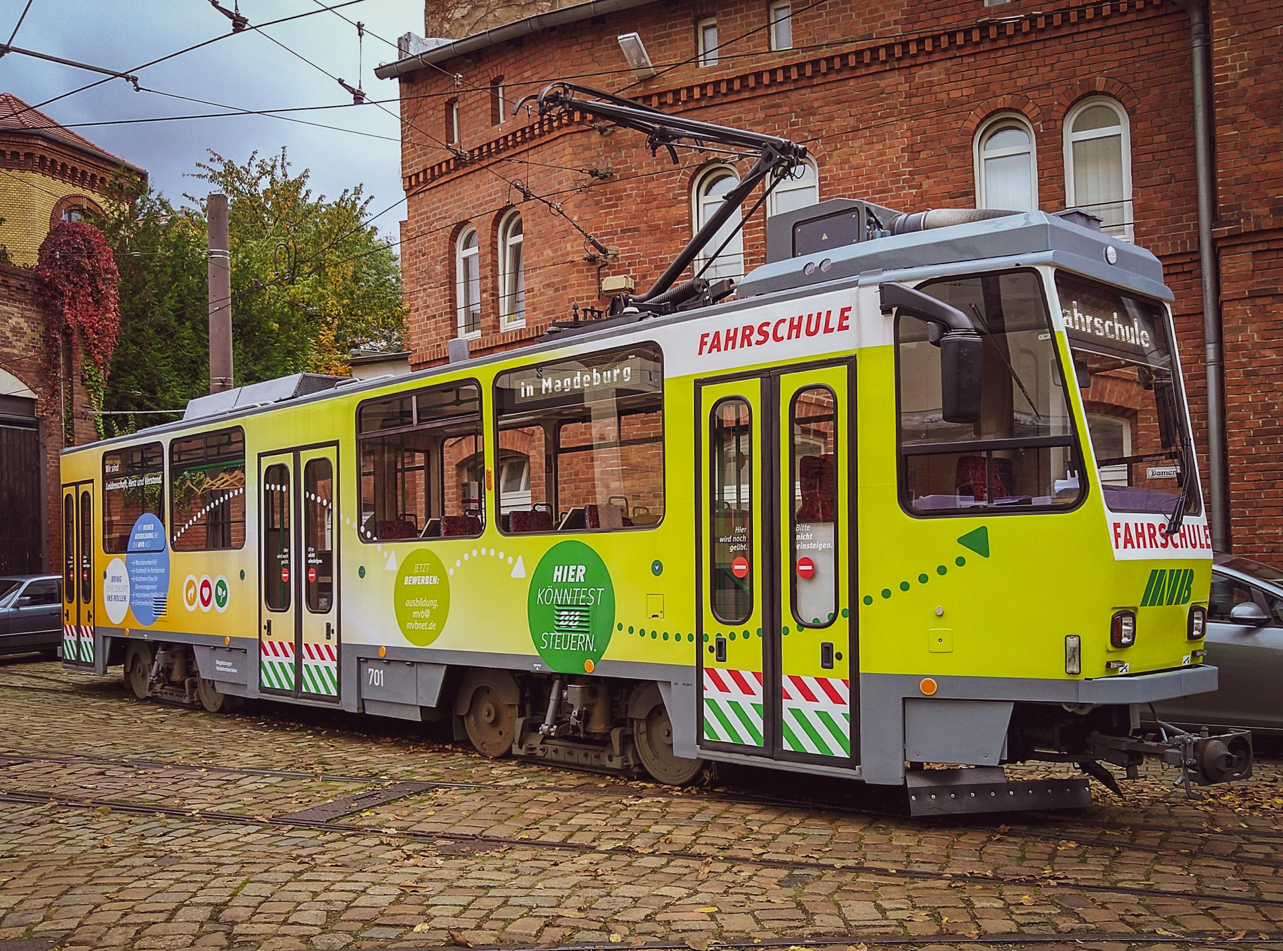 der MVB-Fahrschulwagen steht auf dem Betriebshof Sudenburg