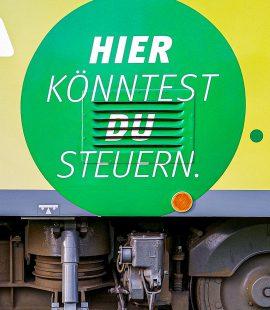 Werbeschrift auf dem MVB-Fahrschulwagen: Hier könntest du steuern