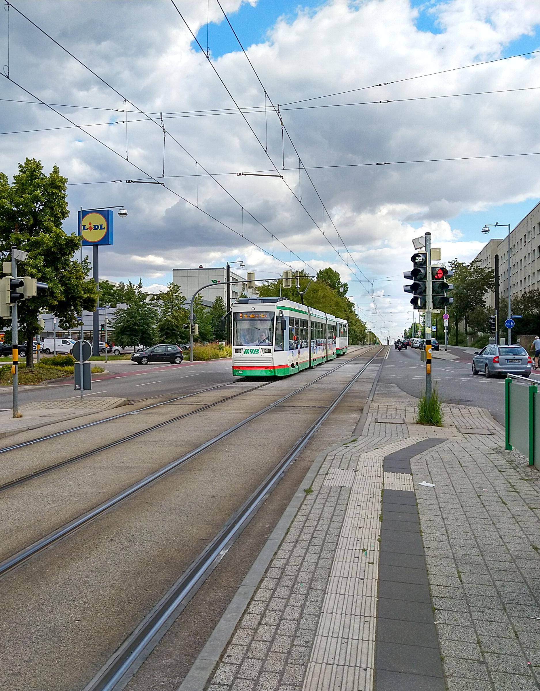 Eine Straßenbahn nähert sich aus der Gegenrichtung