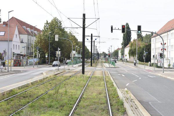 Gutes Beispiel: Straßenbahngleis von der Autospur getrennt. Garant für zügies Vorankommen.