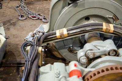 Im Drehgestell wird der Bremssand durch einen beheizten Stutzen direkt vor das Rad gestreut (mittig im Bild)