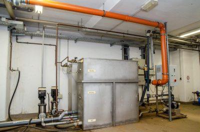 Die Wasseraufbereitung steht im Keller und stellt das Wasser für jeden Waschgang bereit.