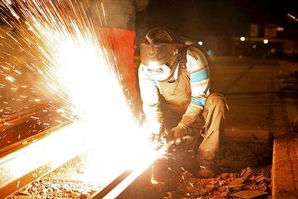 Schweißarbeiten in der Nacht auf der Olvenstedter Straße (Foto: Peter Gercke)
