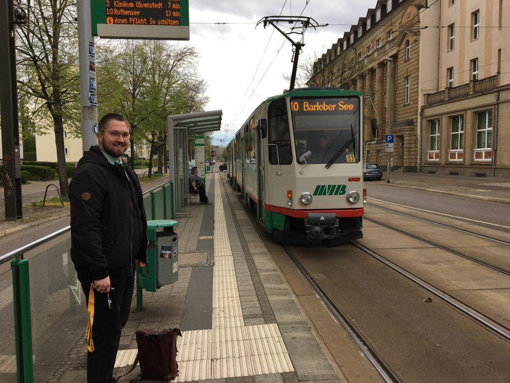 Tobias Buge studentischer Aushilfsfahrer löst an der Haltestelle Verkehrsbetriebe ab.