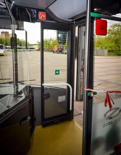 Die einzige Tür im Wagen, die nicht automatisch betrieben wird, ist die erste Tür. Hier steigen wir Fahrgäste ein.