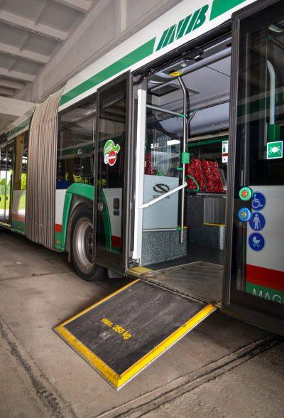 An der zweiten Tür kann auch eine Rampe für Menschen mit Rollstühlen herausgeklappt werden. Das geht auch ohne Bussteig.