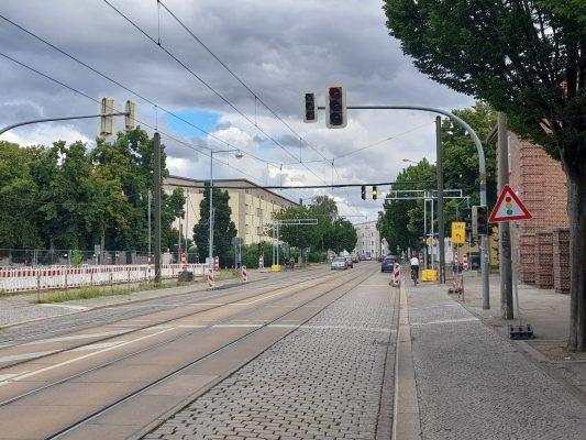 Straßenbahnstrecke in der Cracauer Straße. Links ist das Baufeld für die neue Trasse schon erkennbar. Foto: Florian Lüdtke