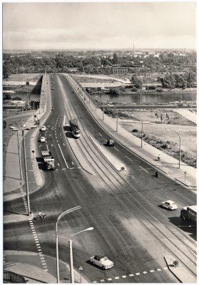 Eine Straßenahn auf der Neuen Strombrücke in Blick Richtung Werder. (AK Konsum Rogge 1971, Sammlung: Ralf Kozica)