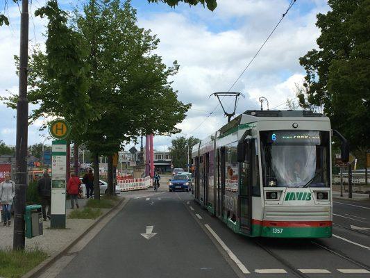 Ein schon jetzt historisches Bild eine Straßenbahn der Linie 6 an der Haltestelle Zollhaus. (Foto: Florian Lüdtke)