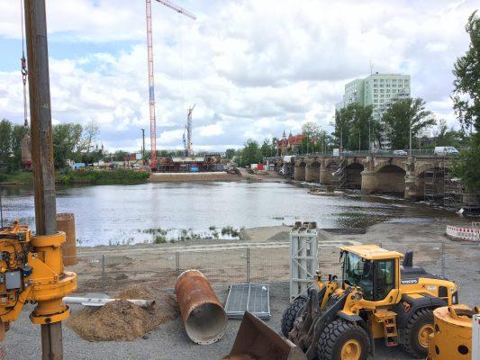 Baufeld des ENB Strombrücke und der Sanierung der Anna-Ebert-Brücke Richtung Altstadt. (Foto: Florian Lüdtke)