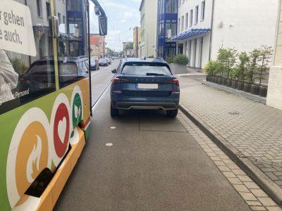 In der Genthiner Straße ist wenig Platz neben dem Gleis. Wer sich nicht an den Markierungen orientiert, versperrt den Weg.
