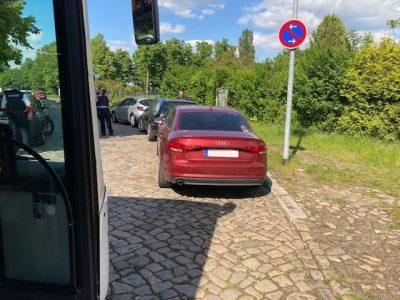 Für einen Bus ist hier Endstation: Trotz eindeutiger Beschilderung falsch abgestellte PKW versperren den Weg.